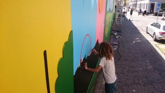 Graffitti-kunstneren Peter hjælper os med at male en regnbue.