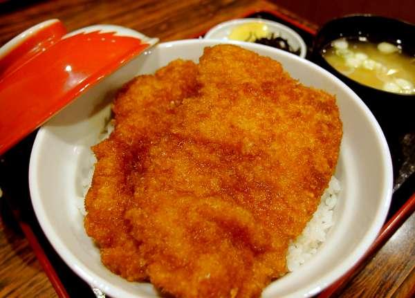 西武秩父駅仲見世通りでわらじかつ丼を食べよう