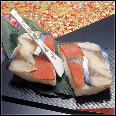 青森県名物グルメ⑩箱に詰められた青森の海の幸「小唄寿司」