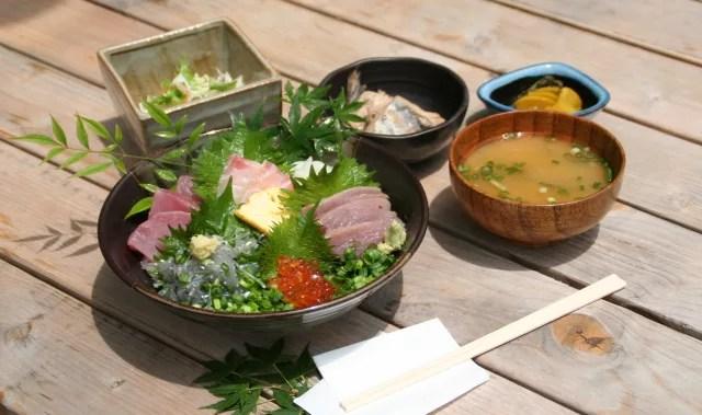 逗子海鮮料理ランキング⑨しらすの海鮮丼「めしやっちゃん」