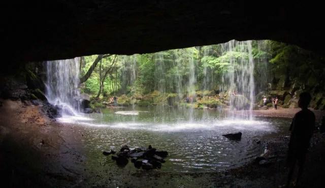 熊本県観光スポットランキング⑨滝の裏側に回り込める!鍋ケ滝
