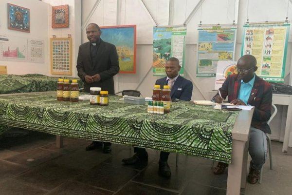 RDC : Apiculture pour sauver les jeunes délinquants au menu d'un panel organisé Monde Abeilles par à Kinshasa.