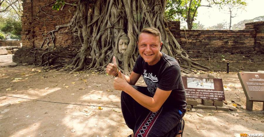 Голова Будды в корнях деревьев. Аюттхайя. Таиланд