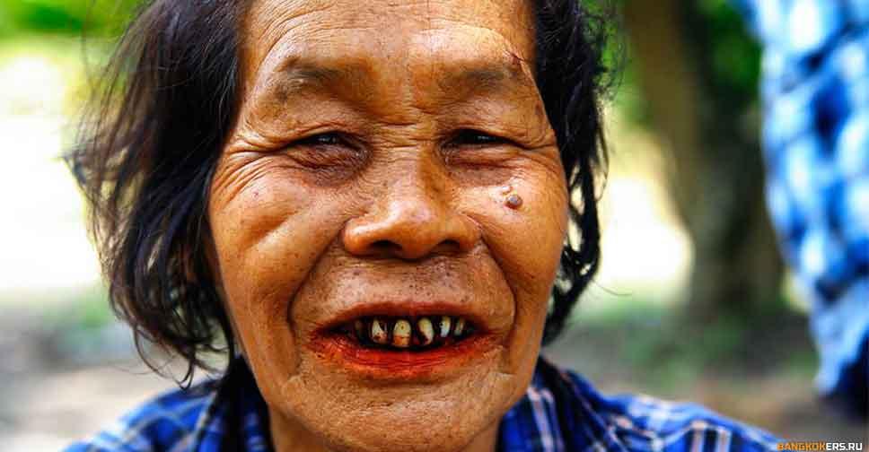 Красные зубы тайских женщин от жевания бетеля
