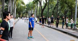 Все замерли прослушивая гимп в парке Люмпини (Lumphini Park) ★ Экскурсии и туры по Таиланду.