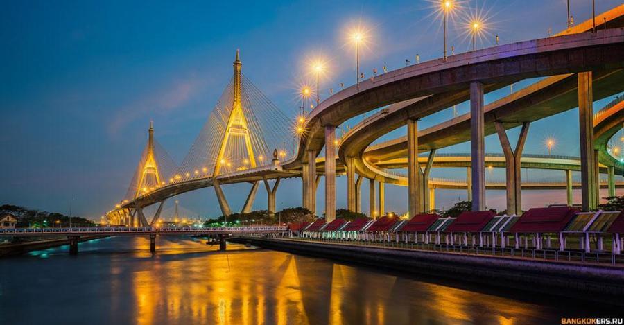 Мост Рамы IX — автомобильный вантовый мост через реку Чаупхрая, соединяющий районы Яннава и Ратбурана Бангкока. Первый вантовый мост в Таиланде и один из крупнейших вантовых мостов мира
