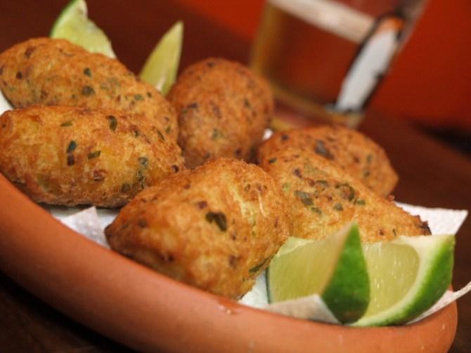 Bolinhos de bacalhau (source: menuatrois.blogspot.com)