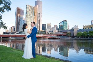 City sunset wedding photo in Southbank Melbourne Victoria by Black Avenue Productions