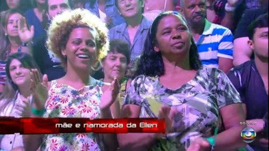 "Camera shot from ""The Voice Brazil"" of Ellen Oléria's girlfriend (namorada) and mother (mãe)."
