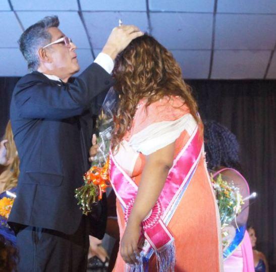 Eduardo Araúju crowns Josiane Lyra as Miss Plus Size Carioca 2013