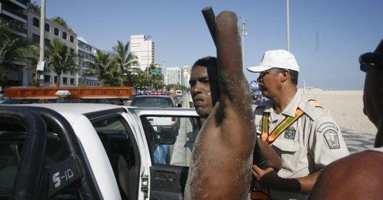 "Municipal guard arrest a man alleged to have participated in an ""arrastão"". Rio de Janeiro, December 2012"