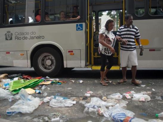 6 de março - Moradores se esforçam para atravessar a rua sem pisar no lixo acumulado nas esquinas