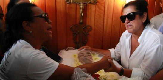 Esquenta host Regina Casé consoles dancer DGs mother at his funeral