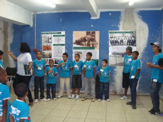 Children participating in the Águia Agito project of Sociedade Cultural e Beneficente União, of Santa Cruz do Sul, another city in Rio Grande do Sul. An important project, this was the children's first visit to the museum in a project designed to raise their consciousness and self-esteem.