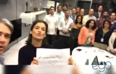 Jornal Nacional staff pose with hashtag #weareallmaju in support of Coutinho.