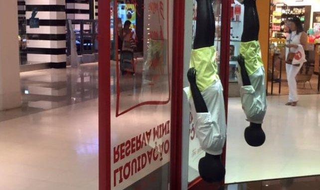 garoto negro pendurado pelos pc3a9s em propaganda para crianc3a7as em loja da reserva no shopping rio sul1