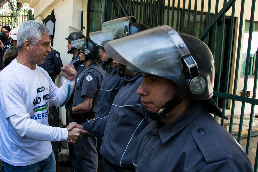 Deputado Major Olímpio cumprimenta policiais - Foto - Daniel Arroyo - Ponte