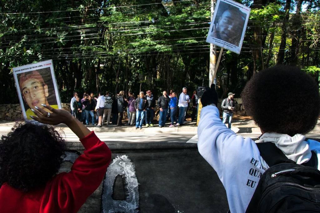 Negros da periferia de um lado da avenida - do outro, brancos do Morumbi - Foto - Daniel Arroyo-Ponte