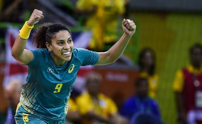 Ana Paula comemora um de seus 20 gols na Olimpíada