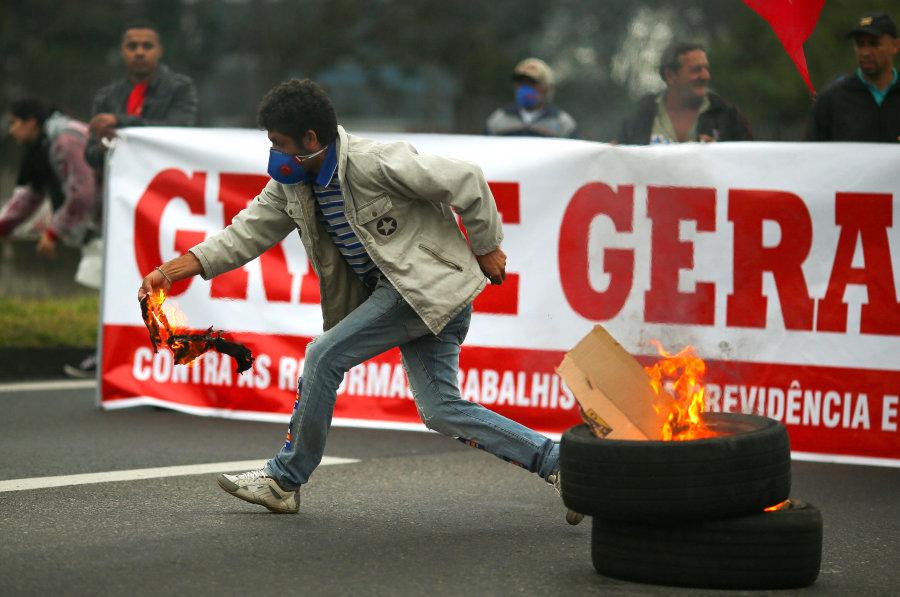 Protesto na rodovia Dutra contra reforma trabalhista.