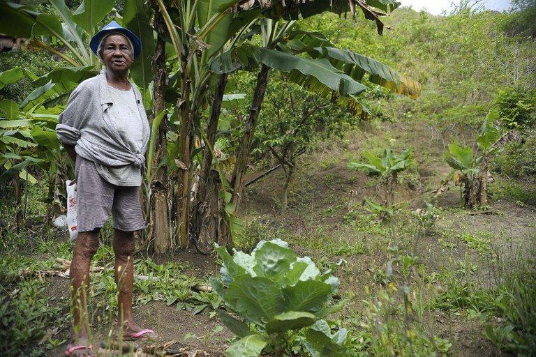 Moradora da Ilha de Marambaia, remanescente quilombola, mostra o que cultiva em sua roça