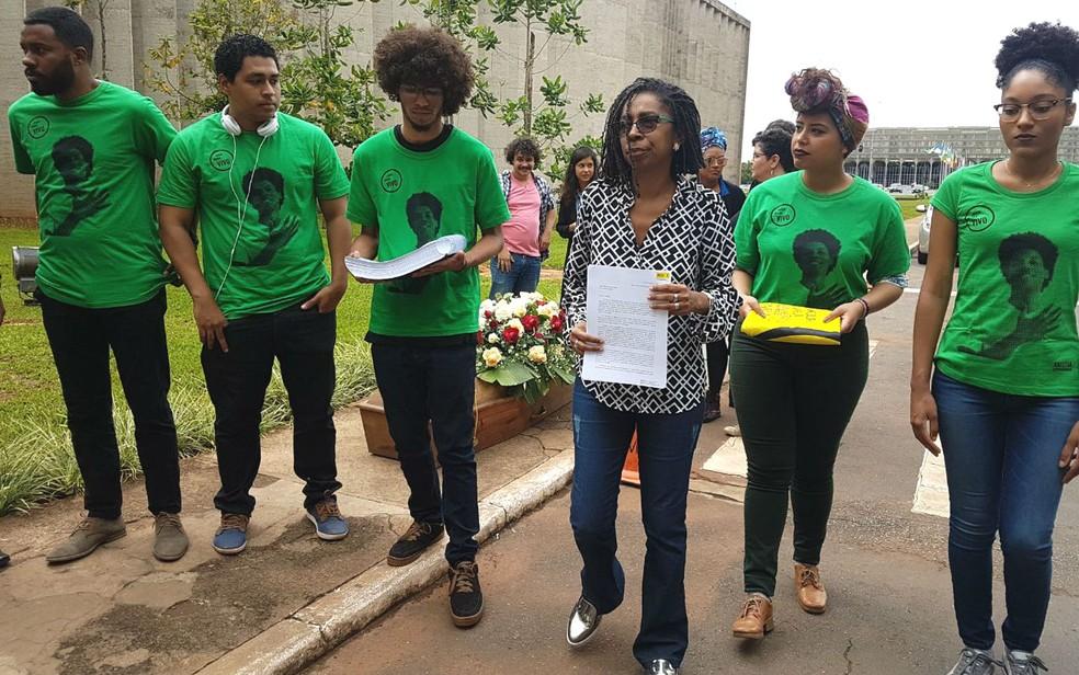 Diretora executiva da Anistia Internacional no Brasil, Jurema Werneck, leva 63 mil assinaturas no