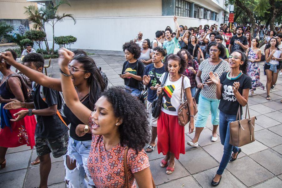 Após o evento, participantes partiram em caminhada para a entrada da Reitoria