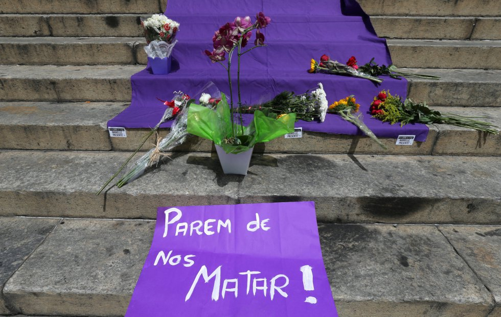 sergio moraes - Flores e faixas deixadas na escadaria da Câmara dos Vereadores do Rio. - Copy
