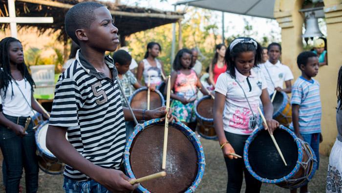 Integrantes do grupo de percussão do Inhotim se apresentam na Festa da Colheita. Foto - Daniela Paoliello