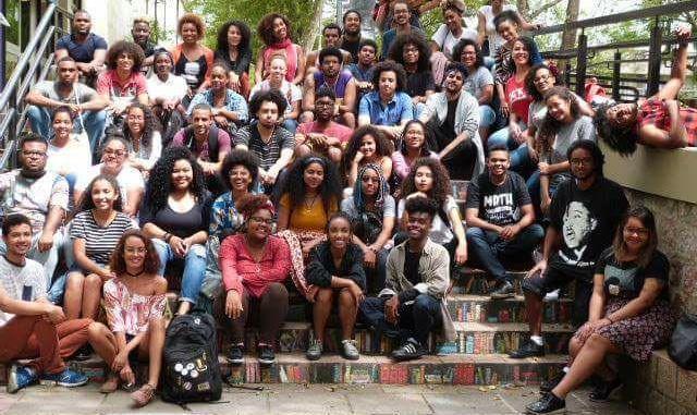 negros da ufrgs se rec3banem para foto coletiva no dia da conscic3aancia negra