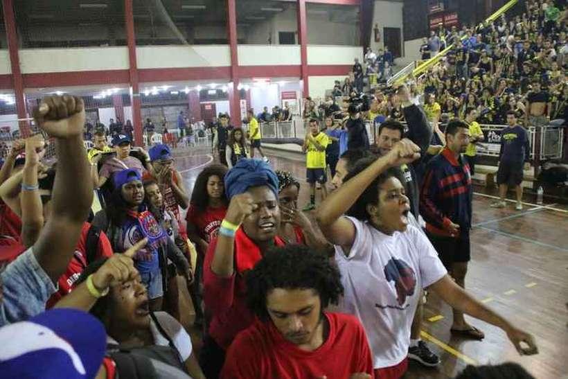 Alunos da PUC-Rio jogam bananas em estudantes negros e imitam macacos em Jogos Jurídicos