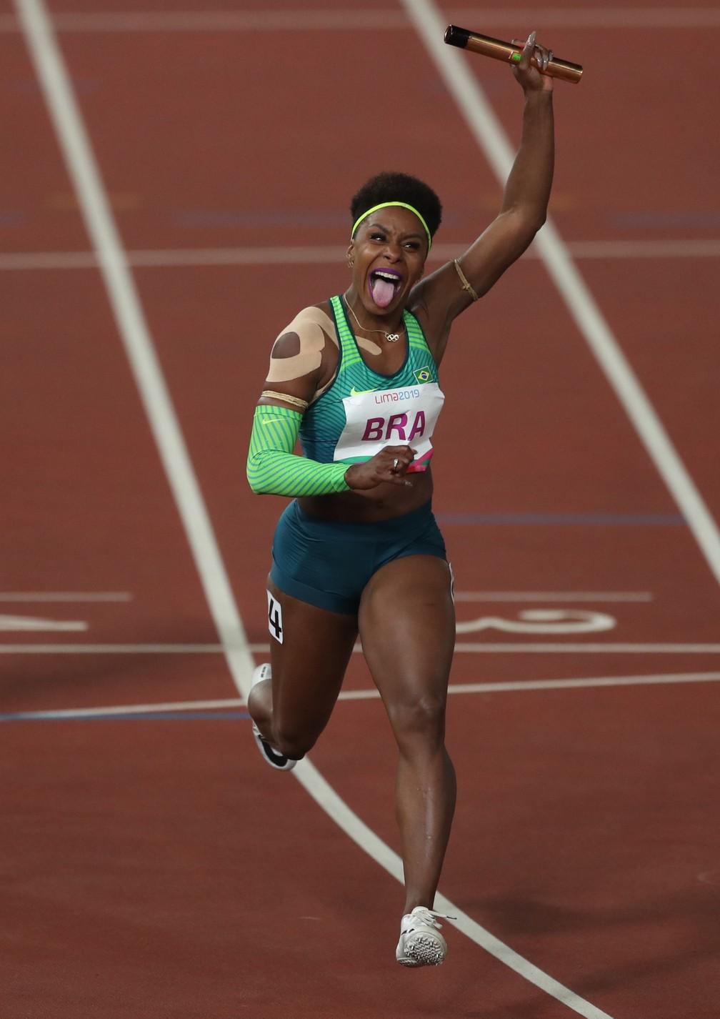 Rosangela Santos cruza a linha de chegada, e Brasil vence o revezamento 4x100m rasos