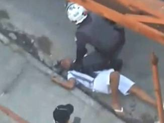 Carapicuíba: Policeman Caught on Film with knee in chest of black boy