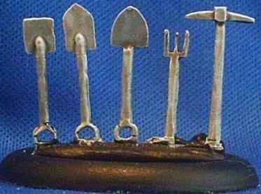 3x tool sprue spade, 2 shovels, fork, pick axe.