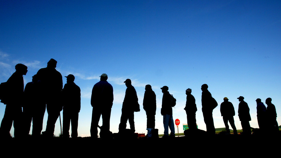 Job seekers wait for employers seeking casual labor on the streets of Cape Town © (Reuters / Mike Hutchings)