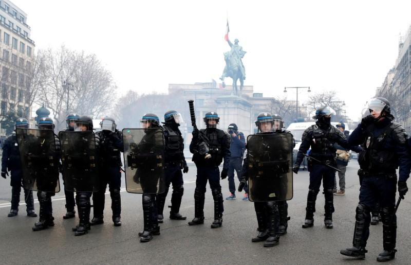 "French riot police stand guard during a demonstration by the ""yellow vests"" movement in Paris, France, December 15, 2018.  REUTERS/Gonzalo Fuentes"