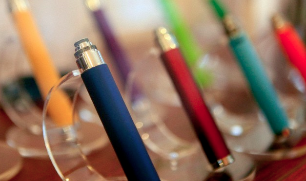 Two rows of e-cigarettes in different colors