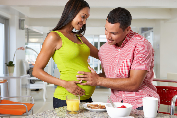 pregnant woman and man breakfast