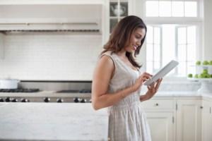 woman-reading-ipad