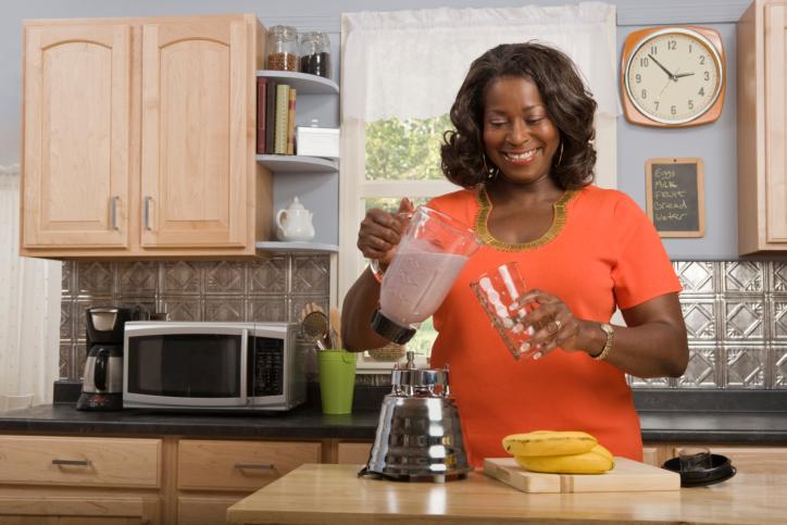 woman blending smoothie
