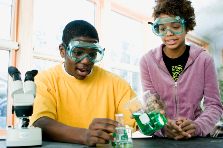 students with science experiement