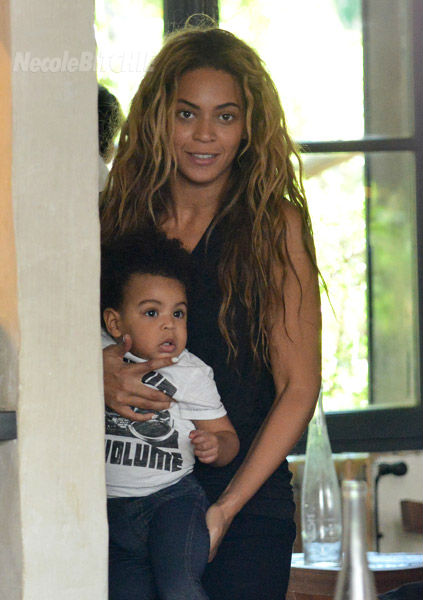 Beyonce-holding-Blue-Ivy