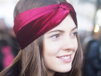 Use a hair band to wear beautiful hair like the Gossip Girl movie star