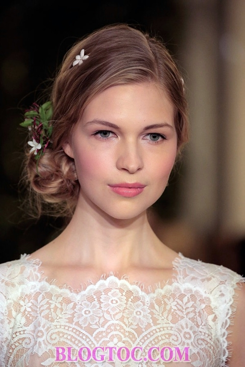 Beautiful hairstyles with bridal accessories that are judged by experts to thrive in the near future 5