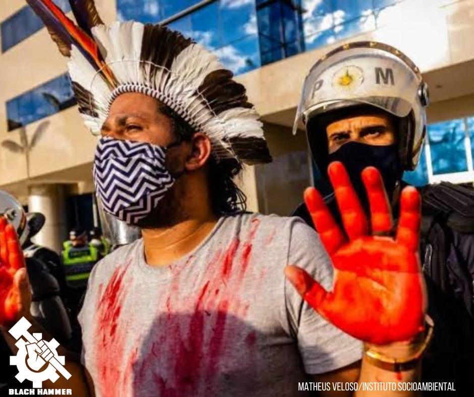 Mãos pintadas para simbolizar o sangue nas mãos do bolsonaro
