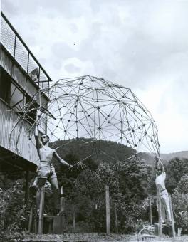 1949 Summer Institute, Buckminster Fuller, Architecture. Pictured: Jeffery Lindsay (sunglasses), Joseph Manulik (behind Lindsay), Ysidore Martinez (behind Caviani), Harold Young (cap), Louis Caviani (far right). They are holding: dome of thirty-one-great circle necklace structure of tubular beads and continuous internal cable net. Constructed in Chicago, 1948-1949. Reconstructed at Black Mountain College, Summer 1949. Double heat-sealed pneumatic transparent skin (not pictured) tested at Black Mountain College. Photographer: Masato Nakagawa.