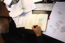"""raumlaborberlin-Architekt Florian Stirnemann beim Ausarbeiten des Entwurfs der Ausstellungsarchitektur von """"Black Mountain. Ein interdisziplinäres Experiment 1933-57"""" im Hamburger Bahnhof - Museum für Gegenwart - Berlin."""