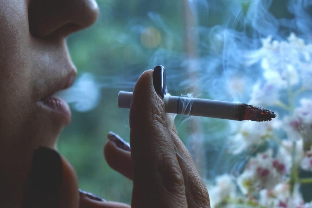 Женщина курит во сне