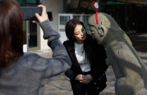 Blackpink House Jennie photo 2018 with statue in Jeju Island