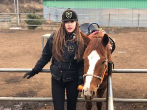 Blackpink-Rose-Instagram-2018-Horse-Riding